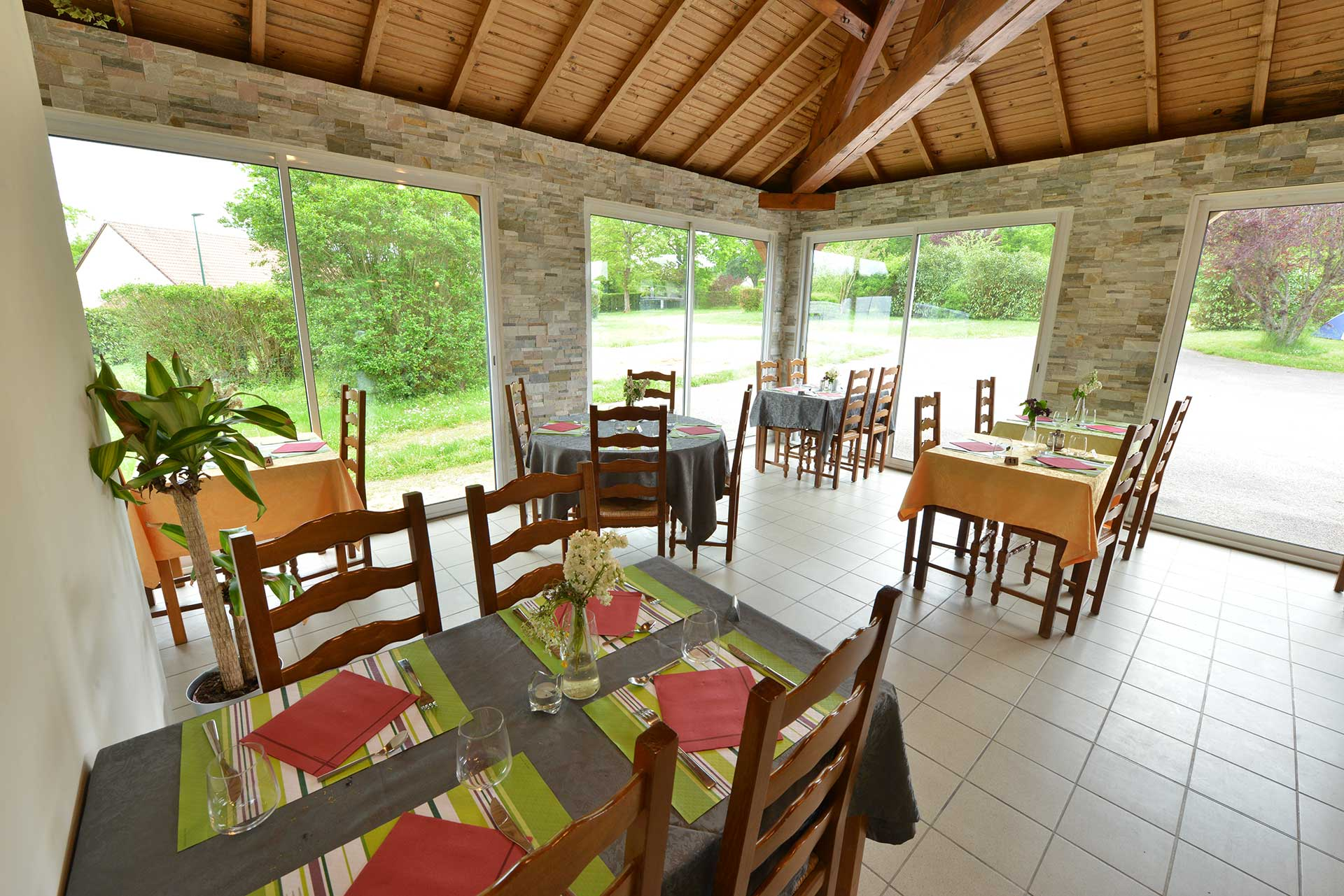 salle intérieure du restaurant le chalet du lac près du lac de pont et massène